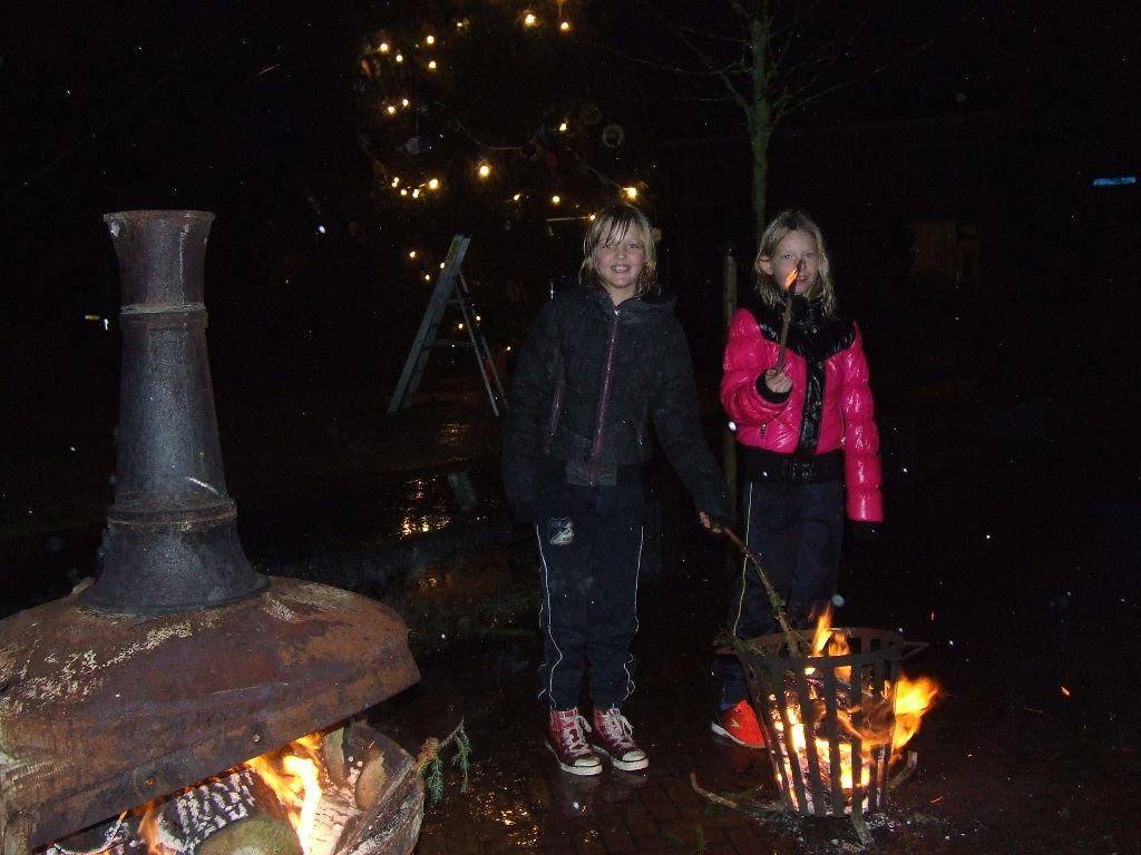 Aldjiersploech zet kerstboom overeind (foto update)
