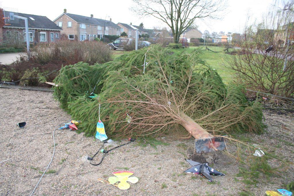 Kerstboom na val weer overeind
