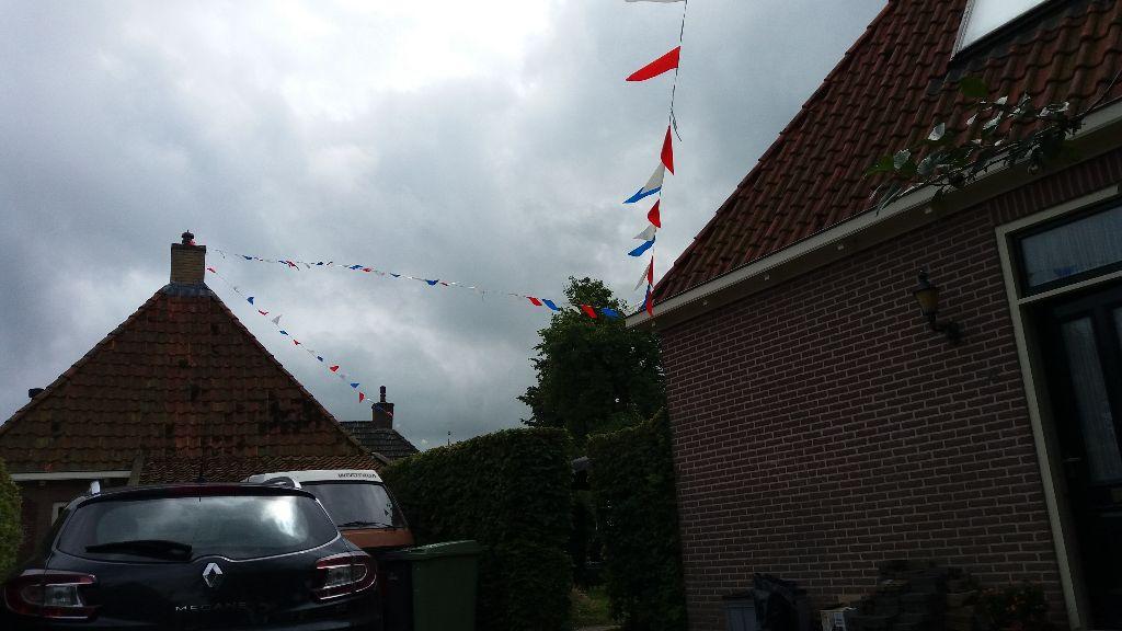 Waar zijn die vlaggetjes in de Binnenbuorren voor?
