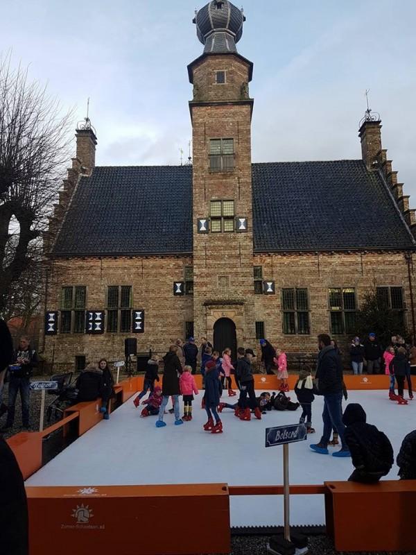 Kunstijsbaan op binnenplaats Poptaslot geopend