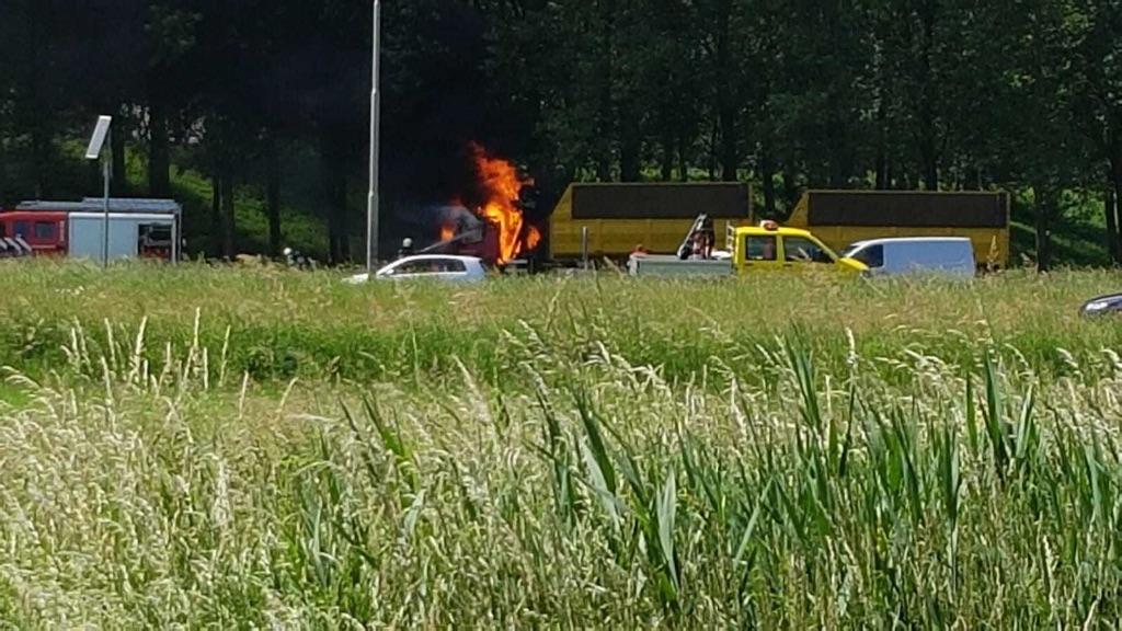 Vrachtwagen brandt uit