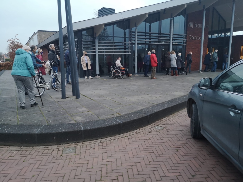 Lange rij wachtenden voor gesloten Nij Franjum