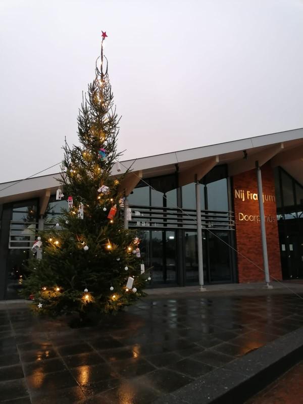 Jeugdclub Oars versiert kerstboom en brengt kerstgroet bij ouderen