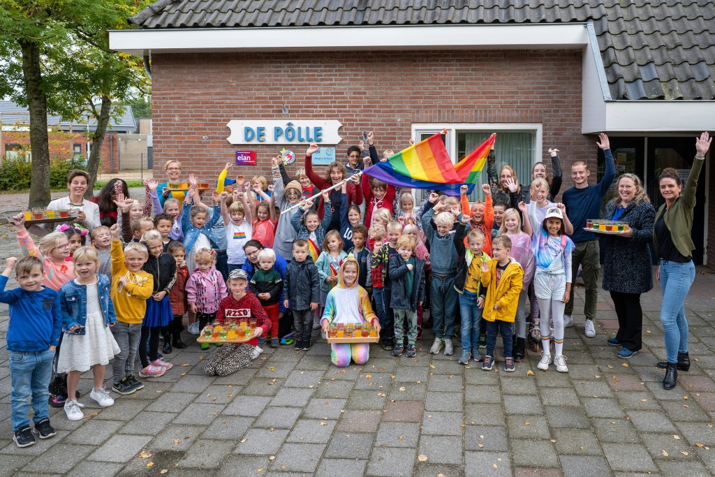 Regenboogvlag op school, kerk en slot